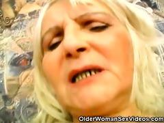 granny widening her hairy beaver