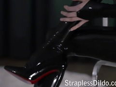 rossy kiss-cleans mias latex clad wet crack