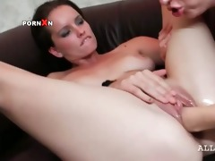 lesbo gf fisting and licking her paramours juicy